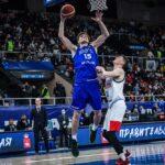 Maik-Kalev Kotsar lööb korvi all platsi puhtaks. Foto autor: fiba.basketball